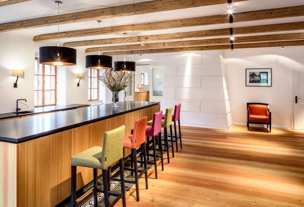 Bar im Foyer des Hotels mit bunten Barstühlen