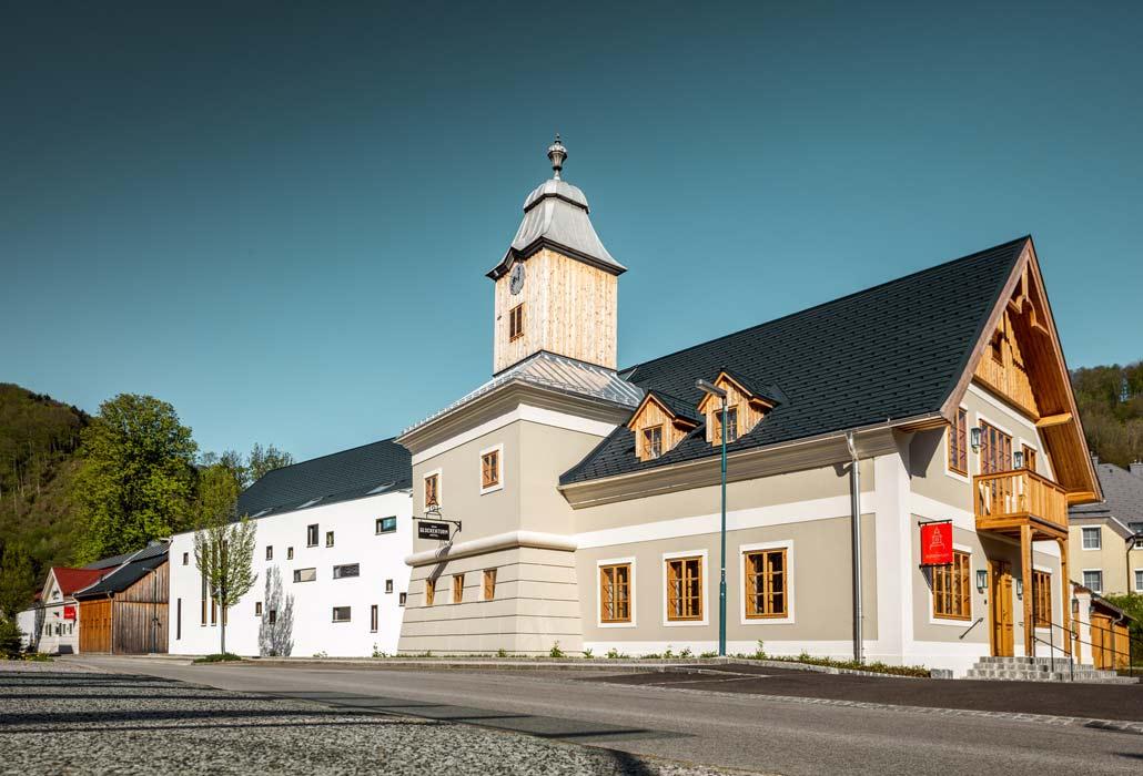 Hotel zum Glockenturm in Marktl, Niederösterreich, mit historischem Glockenturm