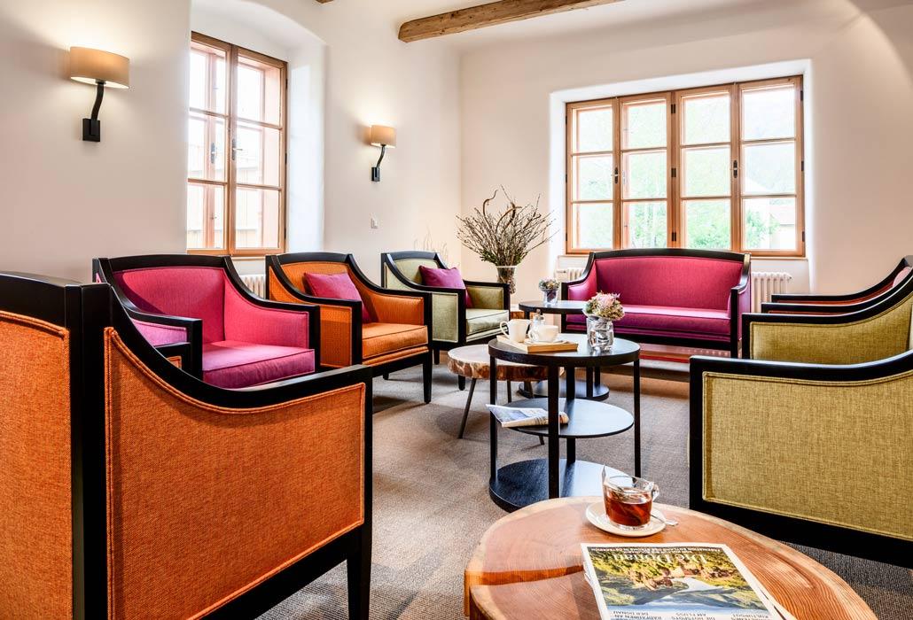 Einladende Sitzecke mit bunten Stühlen Foyer des Hotels