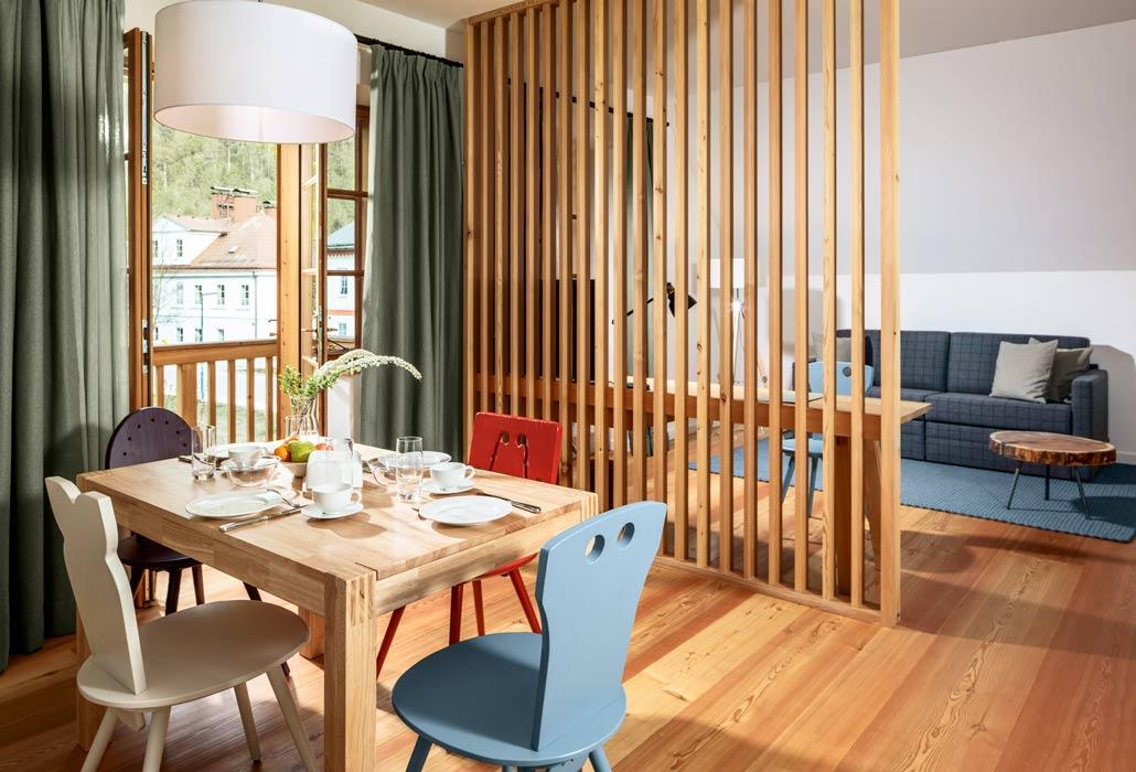 Das Appartement bietet einen Esstisch sowie eine eingerichtete Küche für 4 Personen