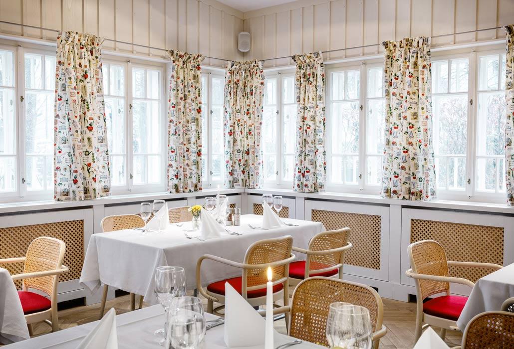 Gastzimmer im Wirtshaus Leopold mit heller Einrichtung