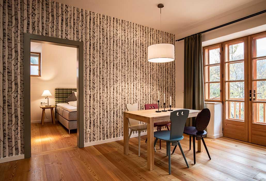 Apartment im Hotel zum Glockenturm ausgestattet mit getrenntem Schlafzimmer, Esstisch und Balkon