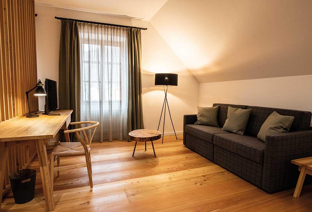 Geräumiges Appartement im Hotel mit Ausziehsofa für zwei zusätzliche Personen und Schreibtisch