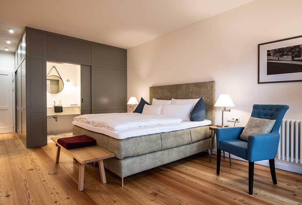 Doppelzimmer im Hotel zum Glockenturm mit Doppelbett, Bad und separaten WC.