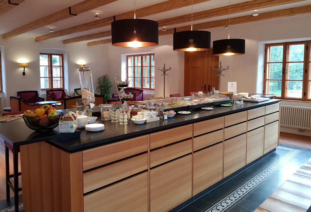 Reichhaltiges Frühstücksbuffet im Hotel zum Glockenturm mit frischem Gebäck, Obst, Müsli, Wurst, Schinken, weichen Eiern etc.