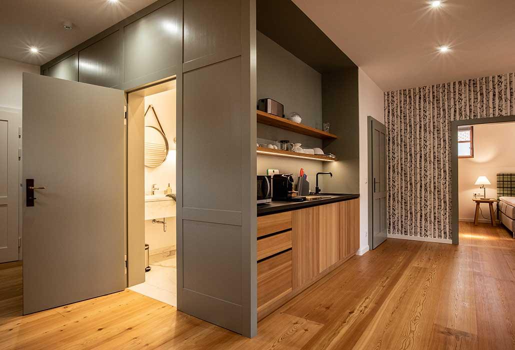 Natürlich eingerichtetes Appartement mit Badezimmer, WC, Küche, Schlafzimmer und Ausziehsofa