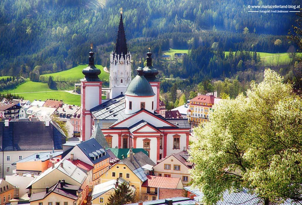 Wallfahrtskirche in Mariazell im Sommer