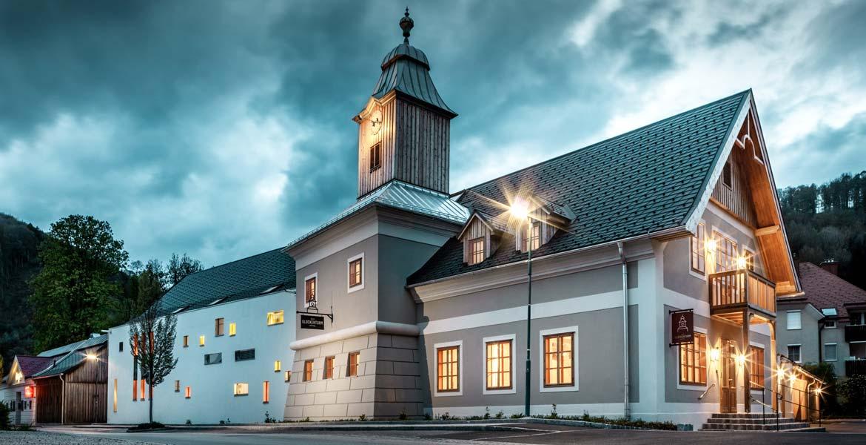 Außenansicht des Hotel zum Glockenturm in Marktl bei Nacht