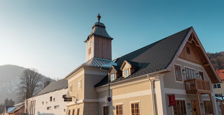 Außenansicht Hotel zum Glockenturm und Wirtshaus Leopold in Marktl bei Sonnenuntergang