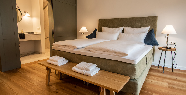 Gemütliches Doppelzimmer im Hotel zum Glockenturm mit Doppelbett, Bad und separaten WC.